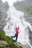 Portrait de modèle femelle contre la cascade Balea en montagnes de Fagarash Photo libre de droits