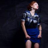 Portrait de modèle séduisant de gingembre en aile du nez 80s de costume de vintage Images stock