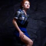 Portrait de modèle séduisant de gingembre en aile du nez 80s de costume de vintage Photographie stock libre de droits