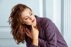 Portrait de modèle sensuel de sommeil, avec le maquillage élégant parfait Photo libre de droits
