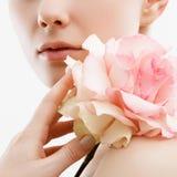 Portrait de mode de beauté Beau femme avec le renivellement et les fleurs Inspiration de ressort et d'été Parfum, concept de cosm images stock