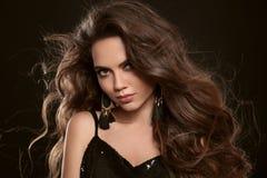 Portrait de mode de beauté de femme sexy magnifique de brune avec le lon photos libres de droits