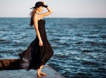 Portrait de mode d'une belle femme élégante dans la longue robe en soie Photographie stock