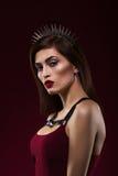 Portrait de mode d'une belle fille Avec le cercle sur la tête Photographie stock libre de droits