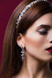 Portrait de mode d'une belle fille Avec le cercle sur la tête Photographie stock