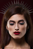 Portrait de mode d'une belle fille Avec le cercle sur la tête Photos libres de droits