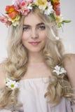 Portrait de mode de beauté Belle femme avec les cheveux bouclés, maquillage images libres de droits