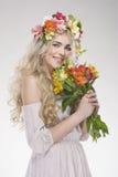 Portrait de mode de beauté Belle femme avec les cheveux bouclés, maquillage photos libres de droits