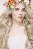 Portrait de mode de beauté Belle femme avec les cheveux bouclés, maquillage photo stock
