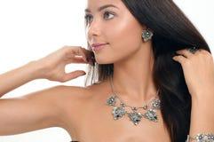 Portrait de mode de belle jeune femme dans élégant Perle l'arou Photos stock