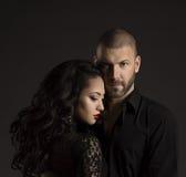 Portrait de mode de couples, homme bel et femme élégante dans le noir Photos stock