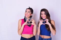 Portrait de mode de deux femmes ayant l'amusement Concept d'amitié Images stock