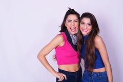 Portrait de mode de deux femmes ayant l'amusement Concept d'amitié Images libres de droits