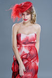 Portrait de mode de femme dans le chapeau rouge de vintage avec des plumes Images stock