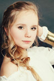 Portrait de mode de jeune mannequin de l'adolescence blond de fille Image stock