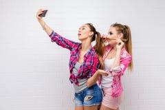 Portrait de mode de la pose de deux amis Style de vie moderne Deux meilleurs amis sexy élégants de filles de hippie prêts pour la Photo stock