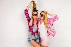 Portrait de mode de la pose de deux amis Style de vie moderne Deux meilleurs amis sexy élégants de filles de hippie prêts pour la Photographie stock