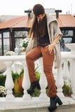 Portrait de mode de mode de vie d'automne de jeune femme élégante de hippie, équipement à la mode mignon de port Images libres de droits