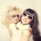 Portrait de mode de ressort d'une belle jeune des lunettes de soleil de port femme sexy Photos libres de droits