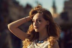 Portrait de mode de rue d'une jeune belle dame heureuse posant sur le fond urbain de côté regard du modèle Fille Images stock