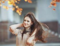 Portrait de mode de rue de jeune dame. Photographie stock libre de droits