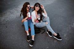 Portrait de mode de vie d'été de deux femmes élégantes de hippie avec le corps sexy d'ajustement, l'équipement de port de denim e Images libres de droits