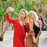 Portrait de mode de vie de deux filles assez jeunes, faisant le selfie et Photos stock