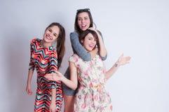 Portrait de mode de vie de studio de trois meilleurs amis Photographie stock