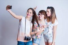 Portrait de mode de vie de studio de trois meilleurs amis Photo stock