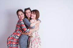 Portrait de mode de vie de studio de trois meilleurs amis Photos libres de droits