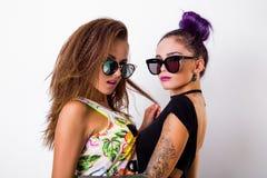 Portrait de mode de la pose de deux amis Photos stock