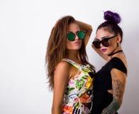 Portrait de mode de la pose de deux amis Photo stock