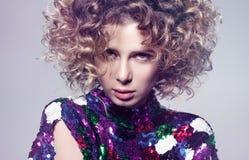 Portrait de mode de plan rapproché de jeune femme sexy avec les cheveux volumineux photo libre de droits