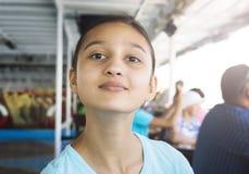 Portrait de mode de vie d'une adolescente Été, vacances, vacances photos stock
