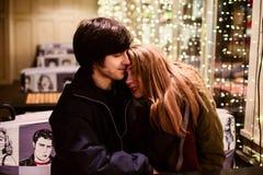 Portrait de mode de vie des couples dans l'amour sur les rues de ville avec beaucoup de lumières sur le fond Images stock