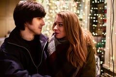Portrait de mode de vie des couples dans l'amour sur les rues de ville avec beaucoup de lumières sur le fond Image libre de droits