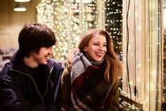 Portrait de mode de vie des couples dans l'amour sur les rues de ville avec beaucoup de lumières sur le fond Image stock