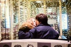Portrait de mode de vie des couples dans l'amour sur les rues de ville avec beaucoup de lumières sur le fond Photographie stock