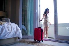 Portrait de mode de vie de jeune femme de touristes coréenne asiatique heureuse et belle avec la valise arrivant à la chambre d'h photos libres de droits