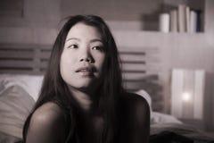 Portrait de mode de vie de la jeune belle et heureuse femme chinoise asiatique se situant dans la chambre à coucher de lit à la m image libre de droits