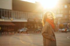 Portrait de mode de vie de modèle heureux de brune avec le wea de cheveux bouclés image libre de droits