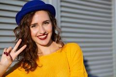 Portrait de mode de vie : modèle heureux de brune dans le chandail jaune et photo stock