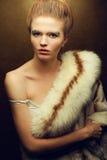 Portrait de modèle roux à la mode (de gingembre) avec des fourrures Image stock