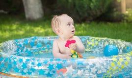 Portrait de 9 mois de bébé garçon jouant à la natation gonflable Image libre de droits