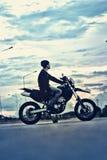 Portrait de motard beau d'homme de l'Asie sur la moto Photo libre de droits