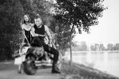 Portrait de motard brutal et de belle femme sexy sur la moto Photos stock