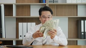 Portrait de mouvement lent des comptes asiatiques encourageants réussis très heureux d'homme et de l'argent de lancement dans le  clips vidéos