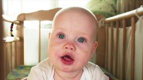 Portrait de mouvement lent des 6 mois assez aux yeux bleus de bébé garçon regardant quelqu'un clips vidéos