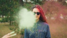 Portrait de mouvement lent de jeune femme attirante dans des lunettes de soleil se tenant dehors et regardant l'appareil-photo ta banque de vidéos