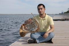 Portrait de musicien de l'adolescence jouant le cor d'harmonie classique d'instrument image stock